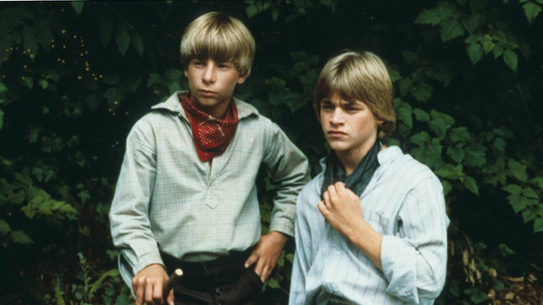 tom sawyer and huck finns friendship The adventure unfolds as tom sawyer and huck finn - tom's friend from the streets - witness a murder in the graveyard tom and huck flee to jackson island and make a pact never to tell.